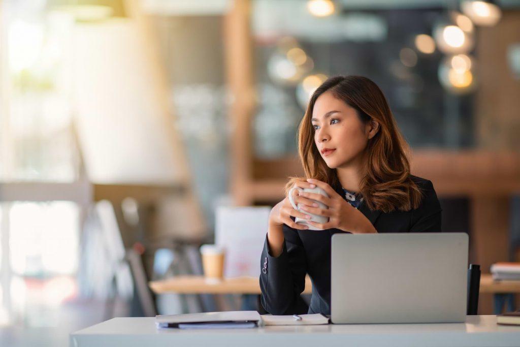 Kvinnlig låntagare som jämför långivare och låneförmedlare
