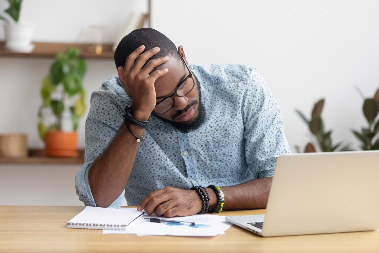 Man som är orolig över sin ekonomiska situation