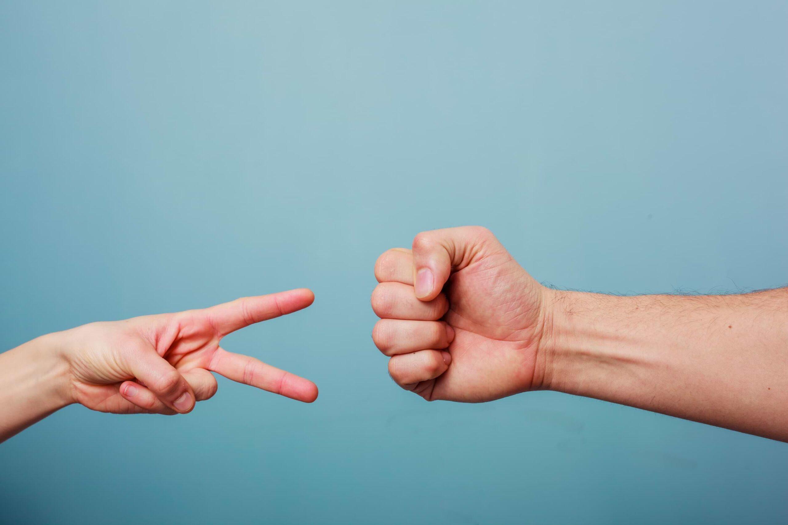 Händer som gör sten, sax eller påse