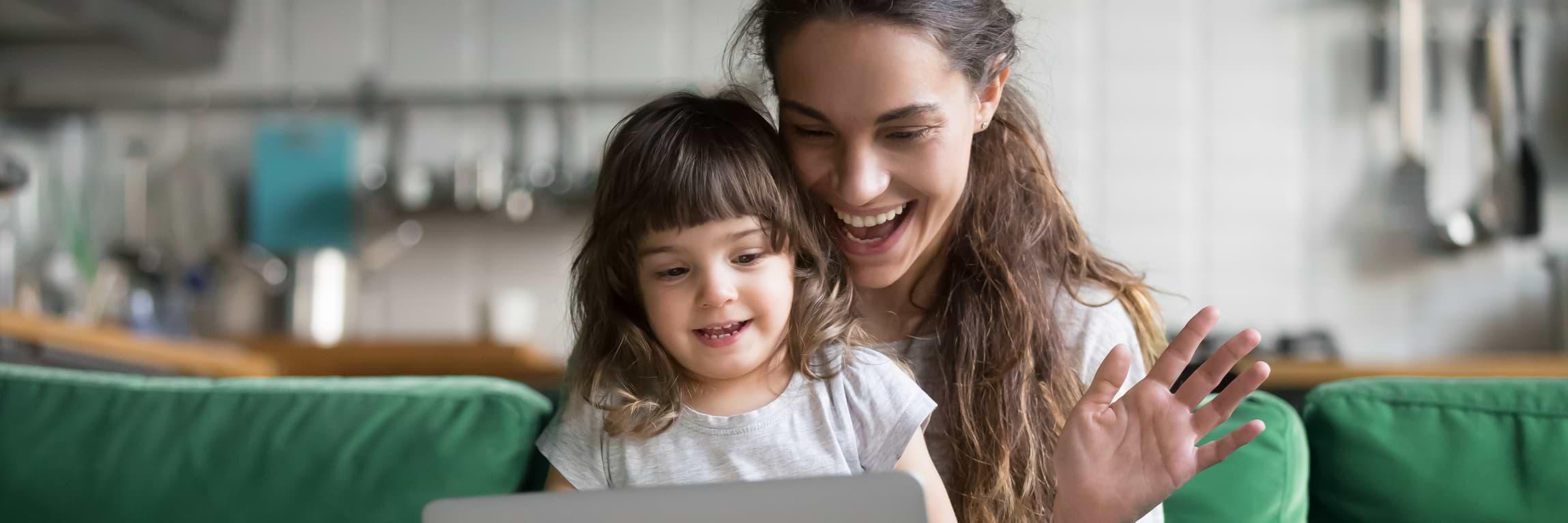 Kvinna med barn amorterar på lån via datorn