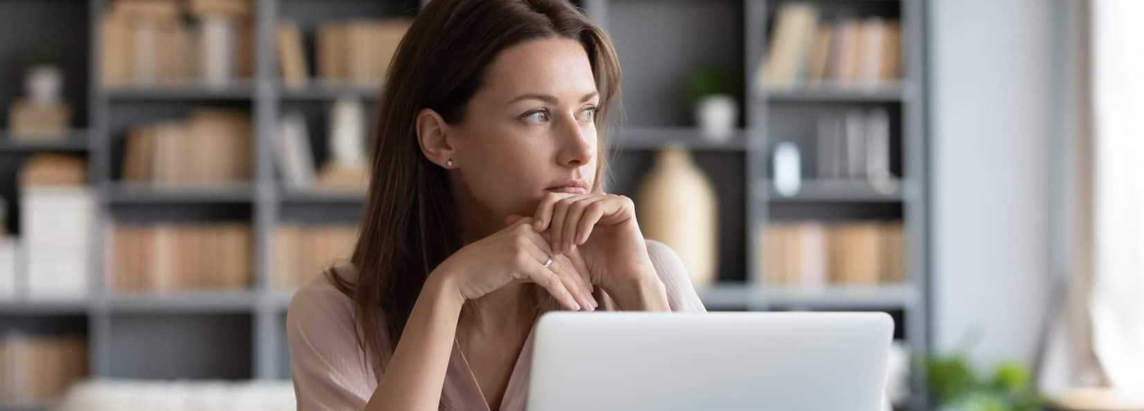 Kvinna vid dator som läser på om lån utan inkomst