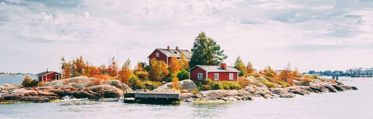 Rött fritidshus på liten ö i skärgården