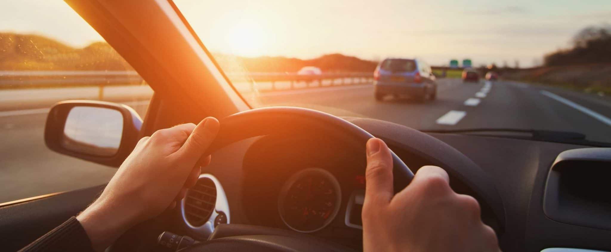 Bil som kör på motorväg