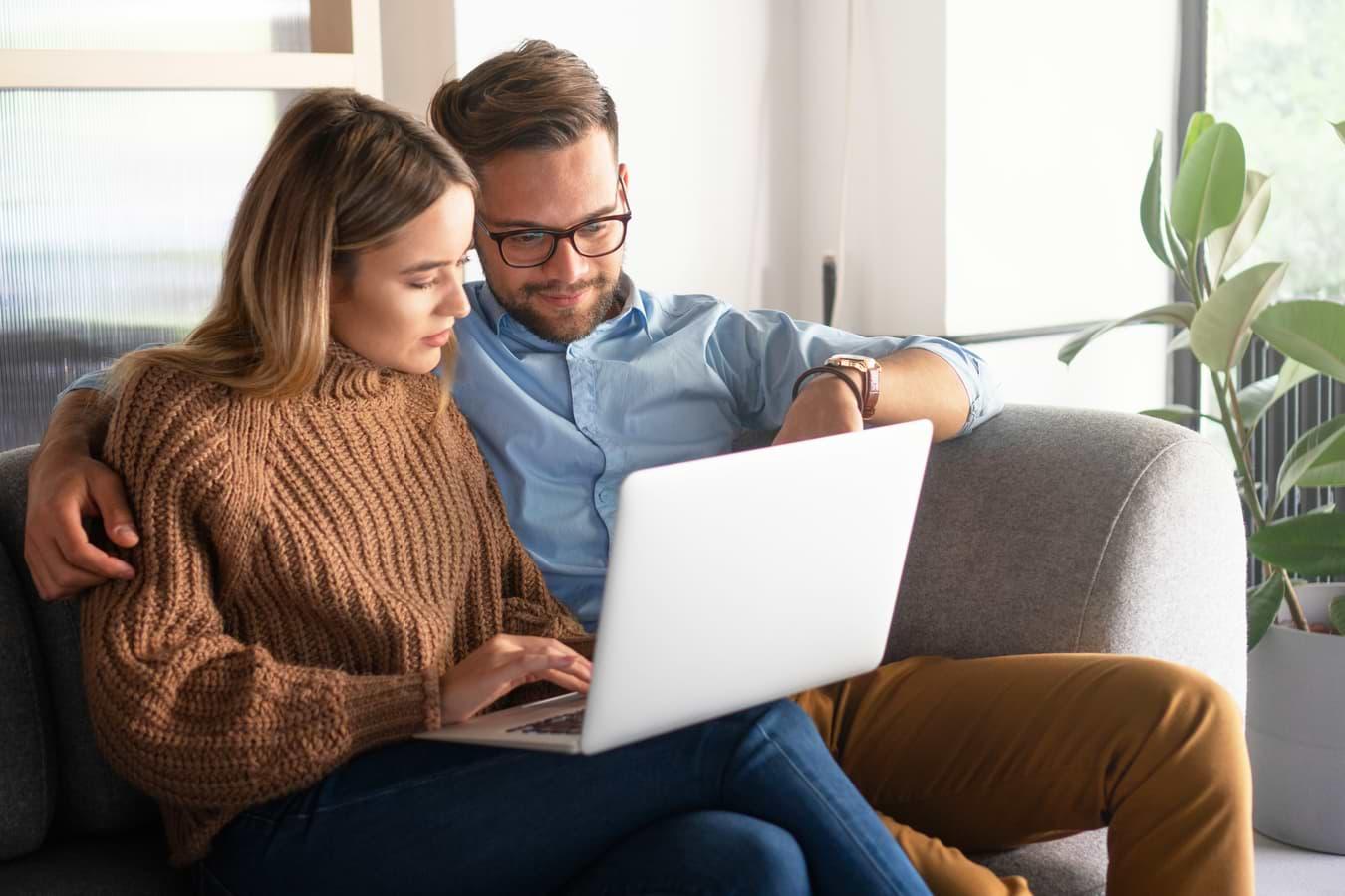 Par vid dator som jämför privatlån