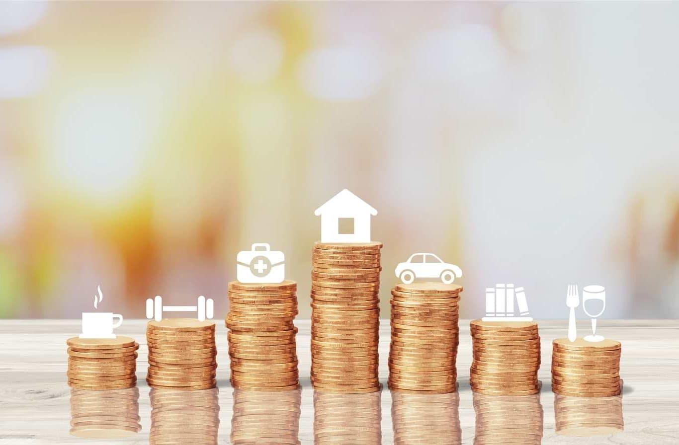 Högar med mynt för olika utgifter