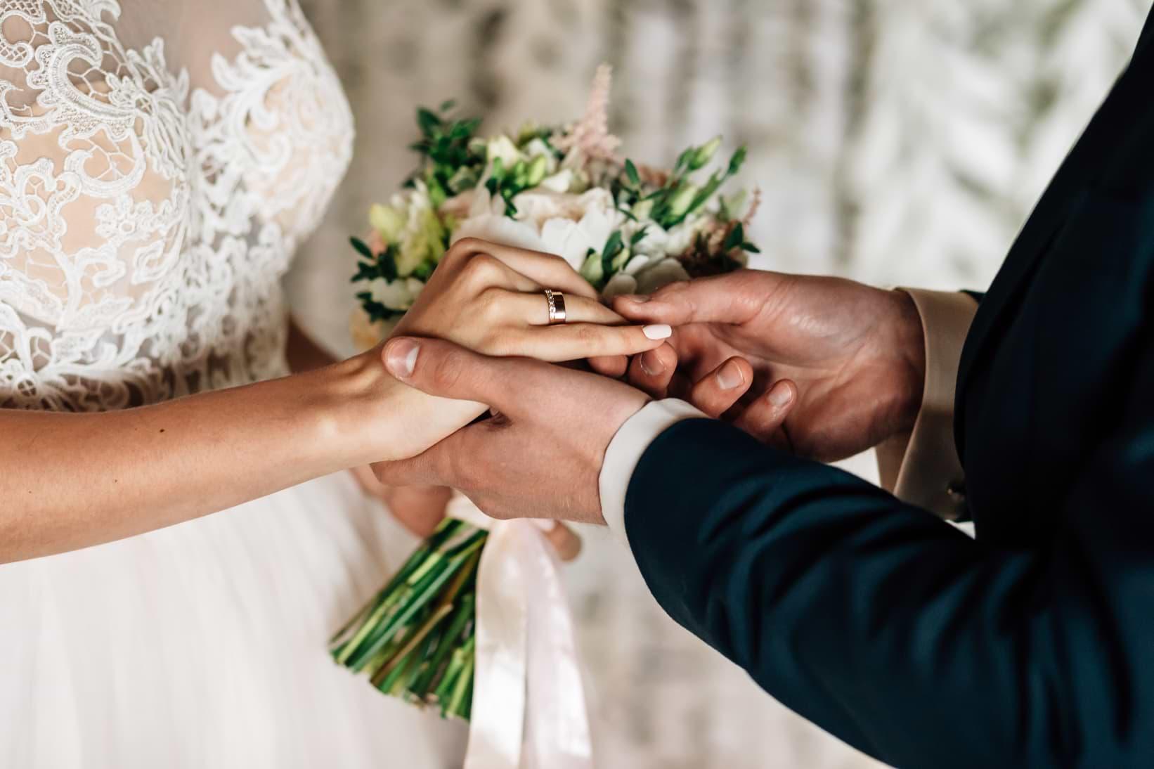 Man som ger kvinna ring vid bröllop