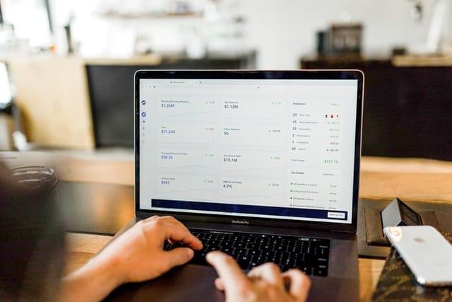 En laptop med räntesatser på skärmen.