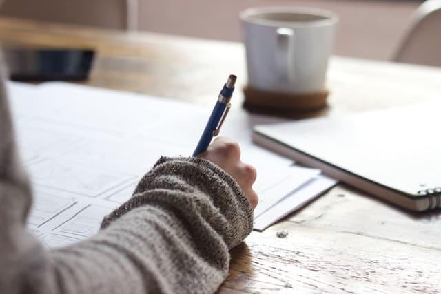 En person som sitter och studerar.