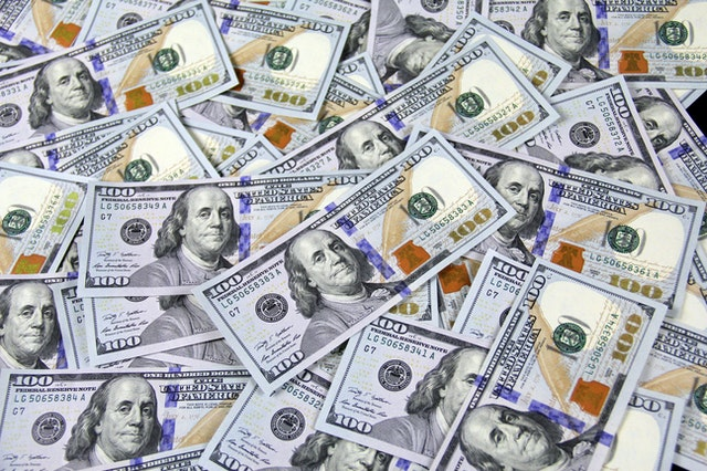 En stor mängd amerikanska 100-dollarsedlar.